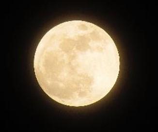 Luna llena con cielo despejado.